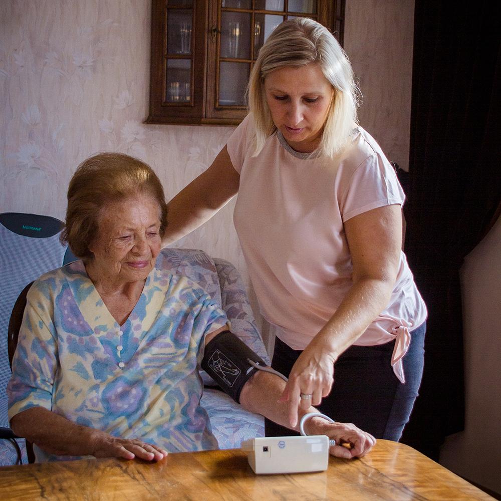 GUTBETREUT.AT_Pflegequalitaet_Blutdruckmessen